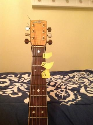 5.) Mira las diferentes tablas de traste y contar los trastes como traste 1 en la parte superior de la guitarra, 2 siguiente, y así sucesivamente.