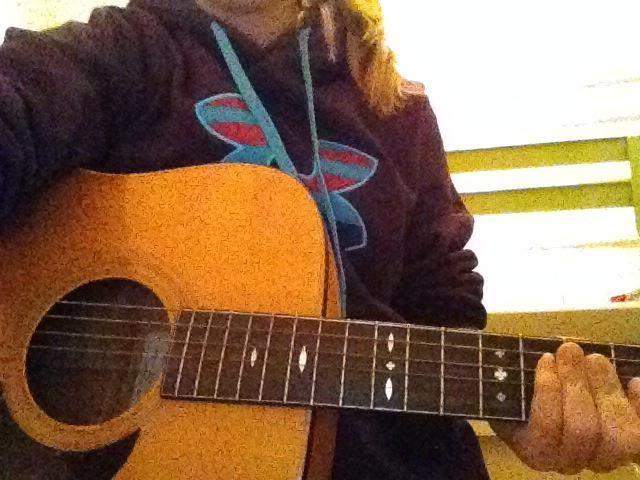 6.) Mantenga su guitarra con el tablero del traste de ir a la izquierda y el armario bajo e cuerda para usted.