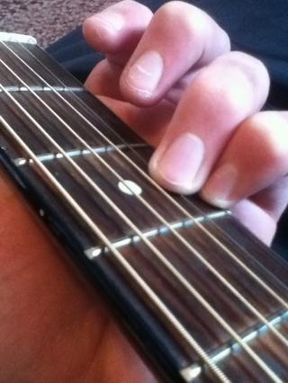 Comience con poner su dedo meñique y el anillo de las dos cadenas de fondo en el tercer traste. Si se's easier you can just put your ring on the bottom string and not use your pinky.