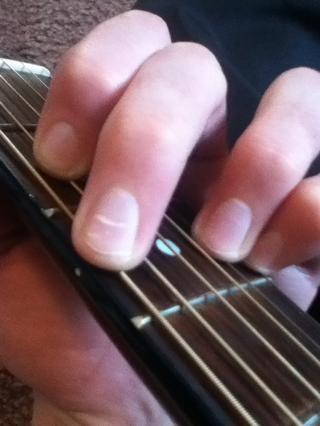 Finalmente plop su dedo medio hacia abajo en la sexta cuerda, 3er traste.