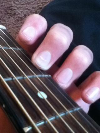 Para D sólo hay que poner el dedo medio en la primera cuerda, segundo traste.