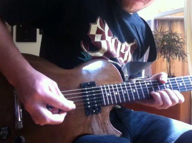 Cómo jugar pesado Guitarra metal