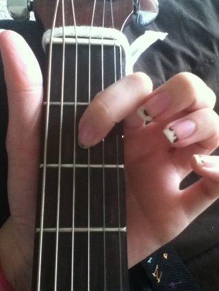 Ponga su dedo índice en la cuarta cuerda en el segundo traste