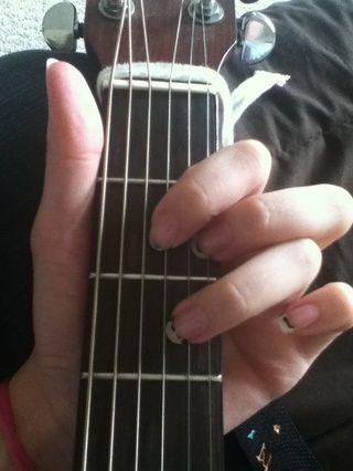 Coloca el tercero dedo en la quinta cuerda en el 3er traste (que es un