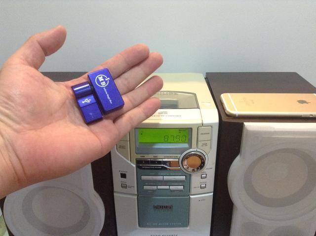 Puede conectar su nuevo iPhone 6 al estéreo de su viejo hogar de forma inalámbrica usando este transmisor fm de iPhoneFMTransmitter.com