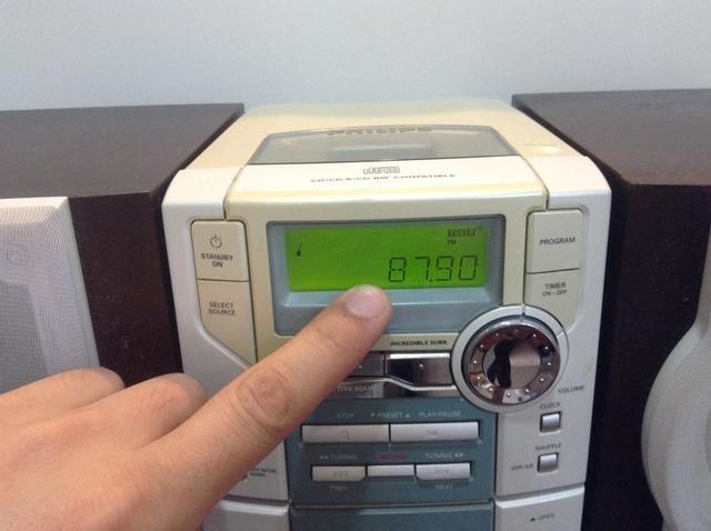 Para reproducir música iPhone a través del estéreo de su casa establecer el preset en la radio a la estación correcta que coincide con el ajuste en el transmisor
