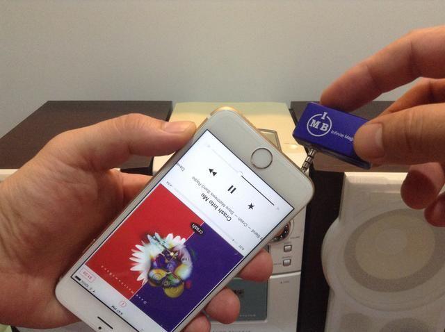 Retire el cargador USB del transmisor y conectarlo a la salida 6 de audio iPhone