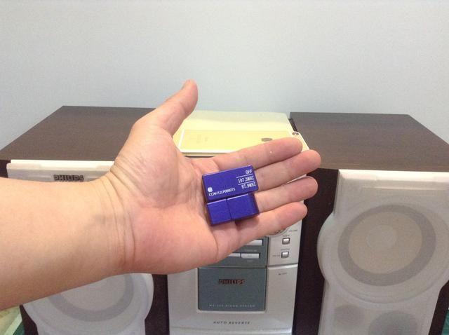 Este increíble gadget de iPhoneFMTransmitter.com. Este dispositivo le permite transmitir el sonido de tu iPhone 6 a través de su receptor estéreo en casa de forma inalámbrica.