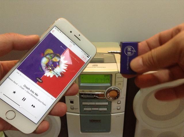 Basta con conectar el transmisor FM a la salida de audio iPhone 6.