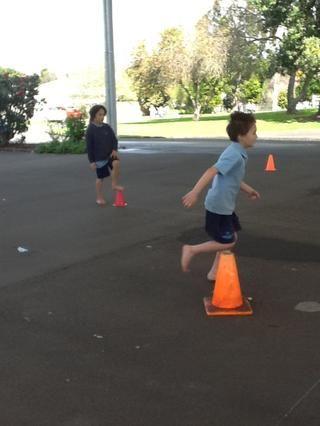 Corre alrededor de los conos.