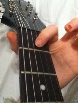 Coloque el dedo índice en la cuarta cuerda (G string) en el primer traste.