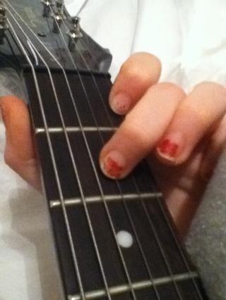 Ahora pon tu dedo medio en la cuarta cuerda (G string) en el segundo traste.