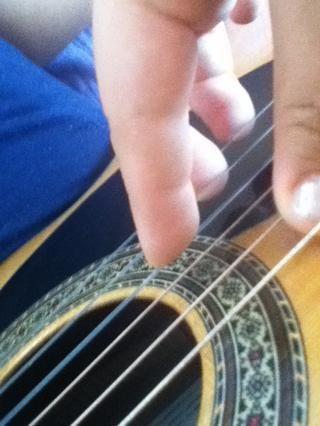 Nota: para jugar correctamente, este es el fin de que sus dedos-strings. La foto está tomada desde su punto de vista. (el dedo grande es para los tres bajo) (usted no utiliza su dedo meñique en esta mano)