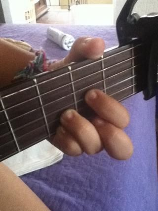 Este será nuestro segundo acorde. Usted no se mueve el vacío y los dedos meñiques. Usted no utiliza el dedo medio, pero que puso el índice en el segundo traste (cuarto).