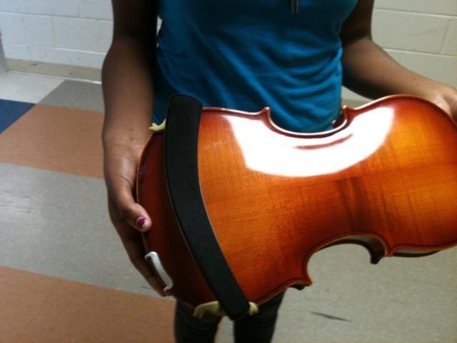 Colóquelo en la parte posterior inferior de la viola