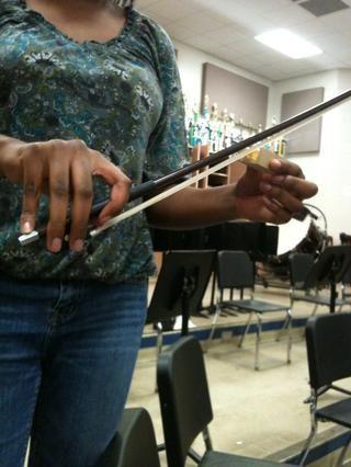 Colofonia ayuda al sonido. Para aplicar tomar su arco y lo frota hacia arriba y abajo en la colofonia.