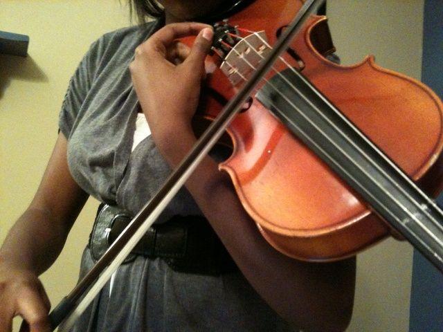 Siguiente quiere afinar su instrumento para que pueda obtener el sonido correcto. Puede sintonizar usando las clavijas o los cuatro Nobs (sintonizadores finos) en la parte inferior del instrumento.