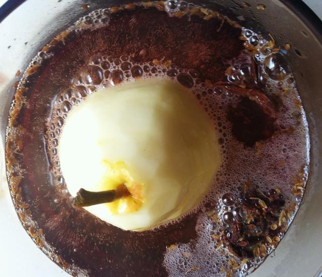 Coloque la base de la pera en la cacerola. Vierta agua hasta aproximadamente 1 pulgada de la parte superior de la pera. Cocine durante 1 hora. Don't overcook or pear will fall apart.
