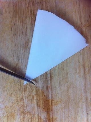 Después de cortar el borde abrir el papel y cubrir las peras