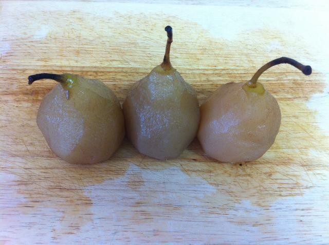 Después de unos 40 minutos que tiene hermosas peras escalfados. Será más rápido si se corta ellas por cierto