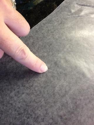 Arrancar una hoja de papel encerado y determinar cuál es el lado cerosa raspando su uña a lo largo de ella. Usted debe ver a los pequeños copos de cera en su clavo.