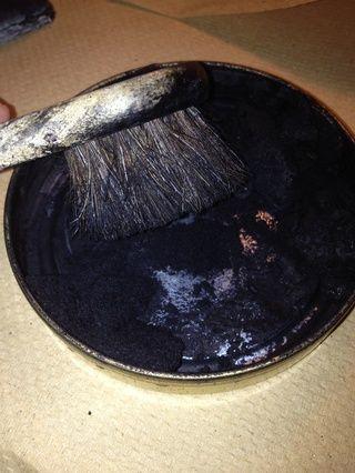 Uno que ha dado la vuelta al inicio, tomar el pequeño cepillo redondo y lo mueve en un movimiento circular en el esmalte.
