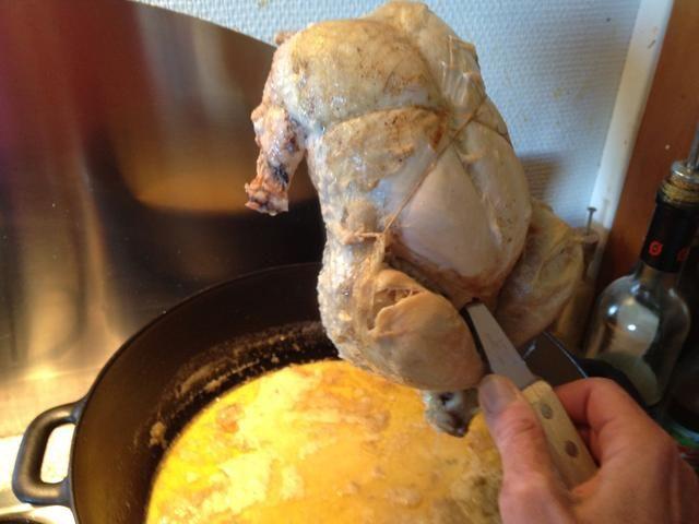 Levante el pollo y dejar que gotee en el que pronto será la salsa. Coloque el pollo en una tabla de cortar o en la tapa. Si se cae a pedazos sólo debes elegir las punteras para arriba.