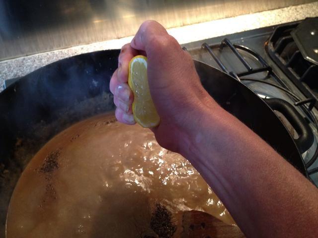 Añadir sal y pimienta y sabor me gustaría añadir unas gotas de limón, no por lo que puede probar el limón, pero para llevar a cabo el sabor de la salsa. Sabor de nuevo y si usted es feliz con el gusto que haya terminado