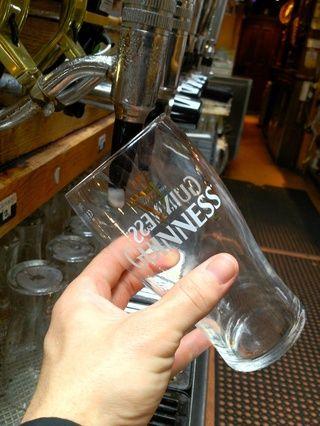 Coloque bajo el grifo Guinness en un ángulo de 45 • sin dejar que la parte interna del vidrio toque el grifo.
