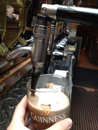A medida que el vaso de cerveza llena de cerveza poner el vaso sobre su posición.