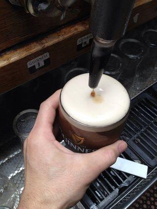 Tire del asa hacia abajo y llenar el vaso hasta el final hasta.