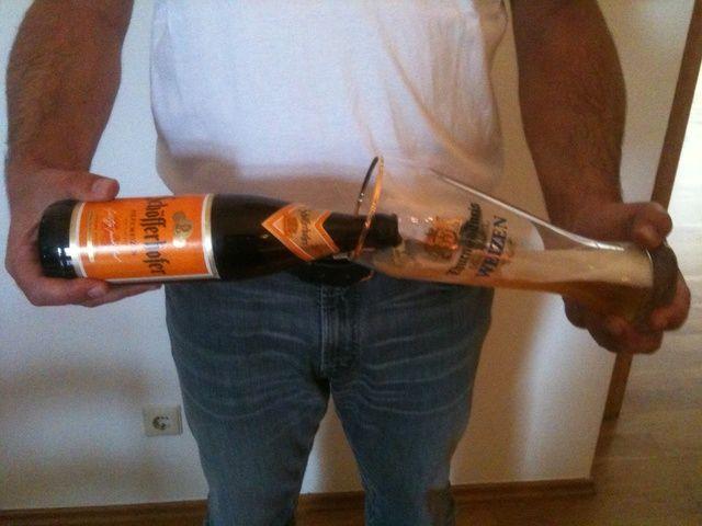 Tome la botella y el vidrio de esta manera, mantener una mano firme. . .
