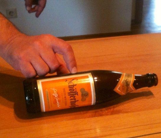 Para obtener la levadura de la botella, gire la botella sobre una mesa.