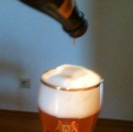 Verter el resto de la cerveza con la levadura al vidrio.