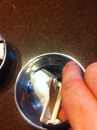 Usando un pelador de verduras, raspar el resto de la cáscara.