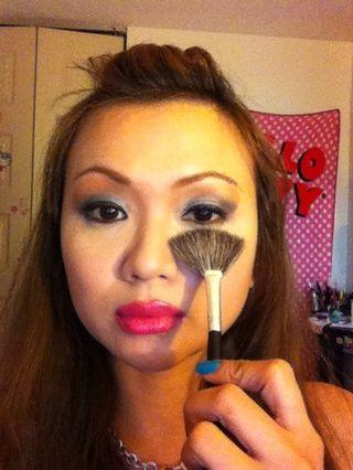 Si usted se olvidó de preparar antes de poner su sombra de ojos, entonces usted necesita un pincel de abanico para cepillar la sombra de ojos se caen. Si no es así't take all of it, you need make up wipes.