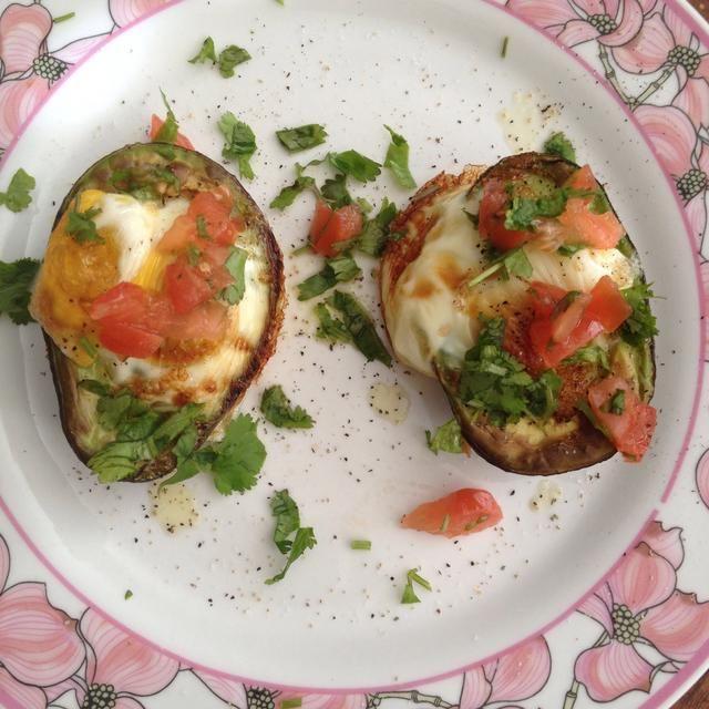 Rocíe el aceite de oliva, añadir la sal, la pimienta, el tomate, el cilantro y el aguacate en rodajas. Me gusta incluir un pice de pita tostado de carbohidratos ... disfrutar!