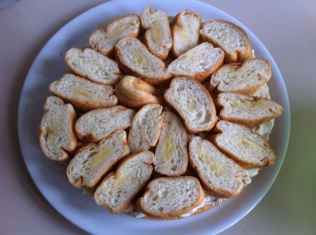 Colocar una capa de los croissants.