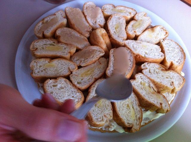 Spread en cada pieza de croissant un poco de crema de whisky, lo suficiente para suavizar sin remojo.