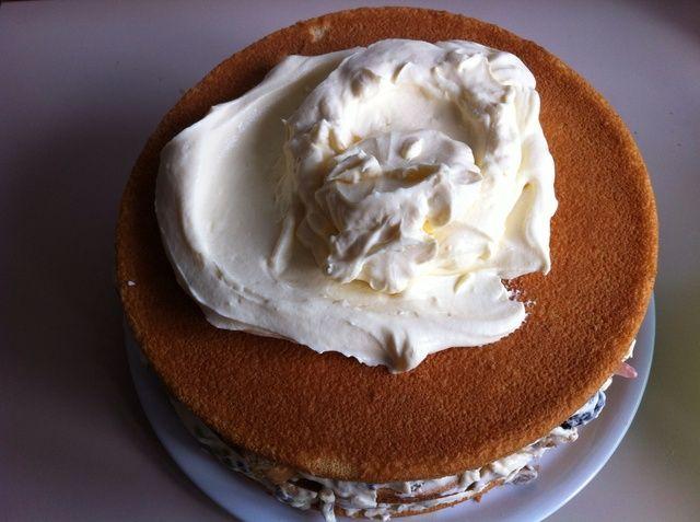 Tome 1/3 del relleno que se separaron antes y tratar de difundir por todo el pastel.