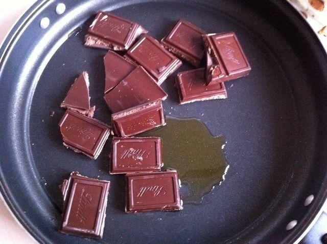 Coloque el chocolate en la sartén y añadir un poco de aceite, alrededor de 1 cucharada. Póngalo a fuego lento sólo para fundirlo. O puede utilizar un chocolate para decorar tortas (de tubo).