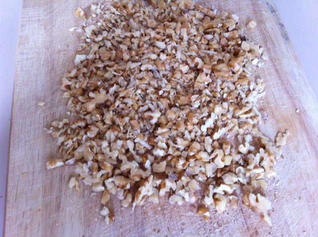 Picar las nueces en trozos pequeños.