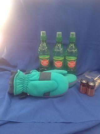 El agua y los guantes son un paso importante para mantener caliente e hidratada. Las baterías de repuesto se pueden mantener si se mantiene una linterna a pilas.