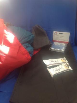 Llevar un sombrero y mantas para mantener el calor. Nuestro equipo de emergencia tiene un saco de dormir, manta, y una manta térmica de emergencia. Mantenga bares útil también.