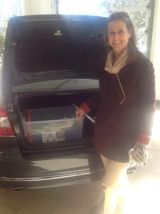 Coloque todos los suministros en una caja y guardarlo en el maletero de su coche. La preparación puede ser crucial cuando se ven atrapados en una emergencia inesperada!