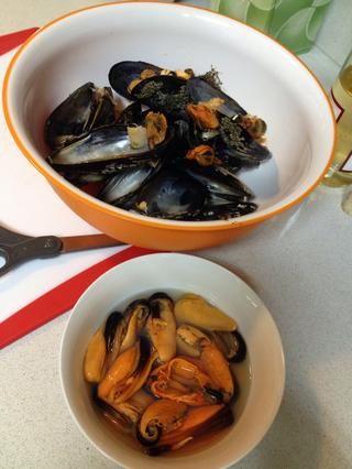 Después de dejar mejillones marinar durante al menos cinco minutos, se puede disfrutar de ellos sin formato o añadirlos a una sopa.