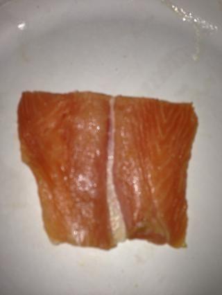 Este es el mismo trozo de salmón con la piel hacia abajo. Vea cómo se es más consistente en color.
