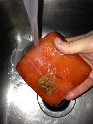 Traiga el recipiente lleno y una placa limpia o Platter por el fregadero. Enjuague las piezas individuales cuidadosamente con agua fría para eliminar toda la mezcla de salmuera y líquidos.