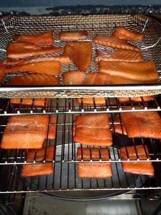 Es posible que desee palmadita abajo el salmón una vez o dos veces durante el fumar como una película en blanco o líquido puede formar en las cimas. Este es el producto terminado. Las pequeñas piezas son secadora, más cerca de cecina