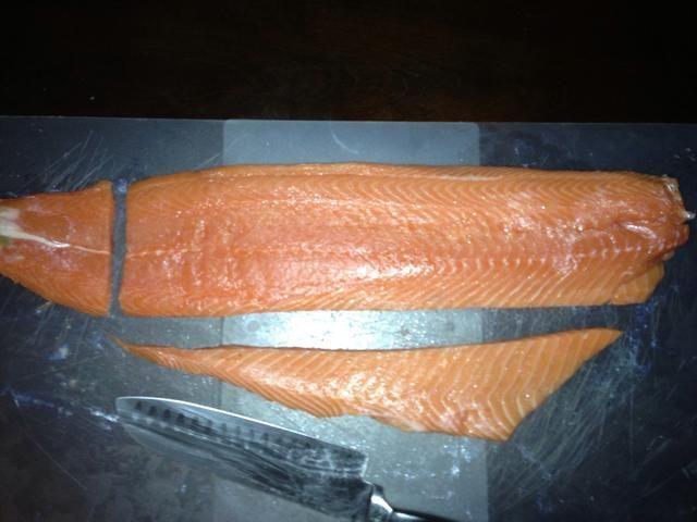Observe cómo se cuadra el resto del salmón. Esto ayudará a hacer porciones individuales perfectos que se cocinan de manera uniforme en todas partes. Este es un 2,1 # filete por cierto.
